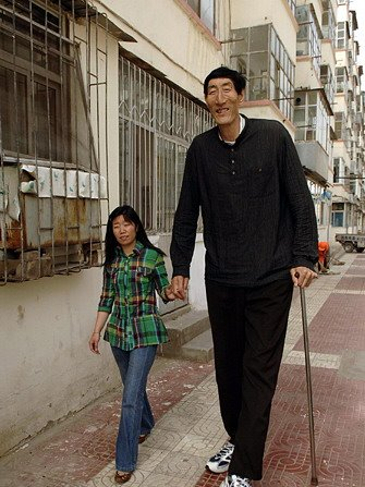 Bao Xishun, at one time the world's tallest man (Chinese)