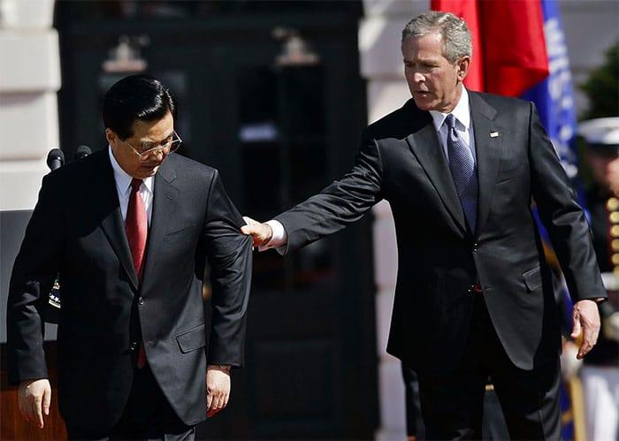 Bush grabs Hu Jintao's suit jacket, causing him to lose face